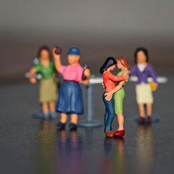 Miniaturen, die Liebe eines tanzenden Damenpaares von J..M de Jong-Jansen