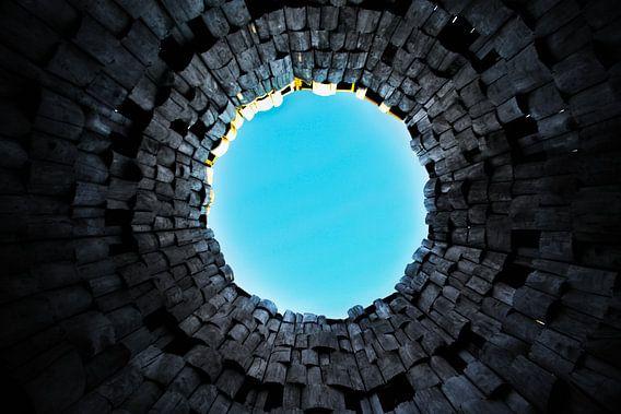 Vreemde poort en trompet in de lucht. Donkere tunnel en blauwe lucht, symbool van de dood