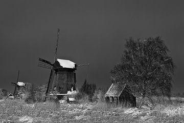Molen in winterlandschap in zwart wit