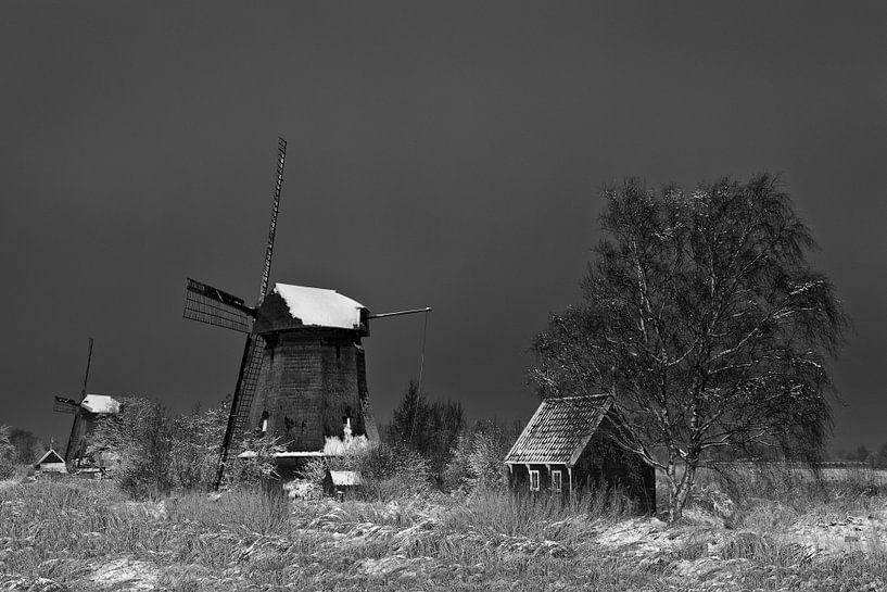 Molen in winterlandschap in zwart wit van Peter Bolman
