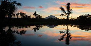 Panorama van zonsopkomst op Bali met vulkaan Agung