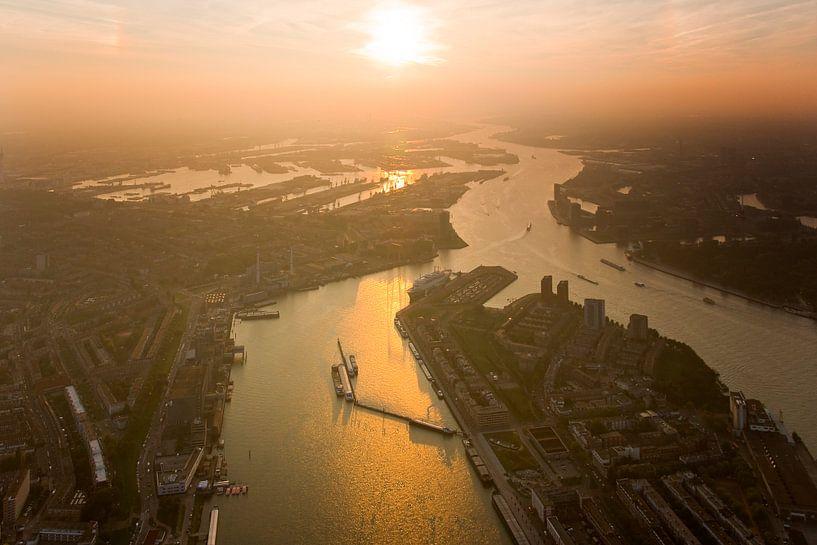 Luchtfoto Zonsondergang boven  Maas en Waalhaven te Rotterdam (zuid) van Anton de Zeeuw