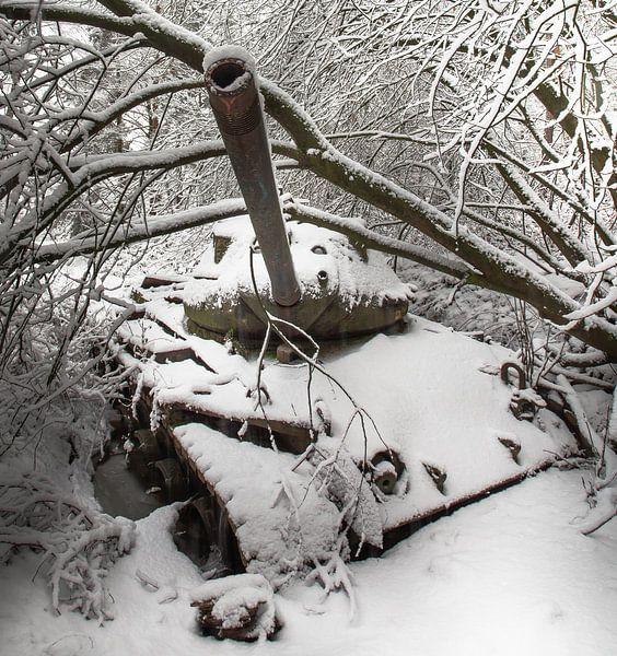 Tank in the snow #1 van Olivier Van Cauwelaert