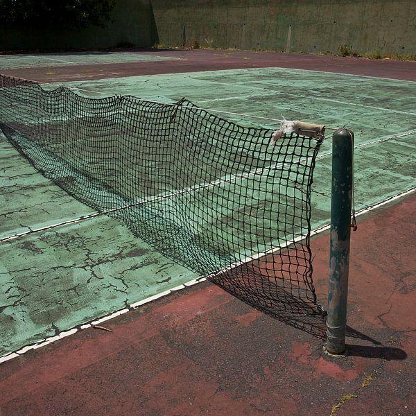 Verlaten Tennisbaan (More Past VI) von Gerard Oonk