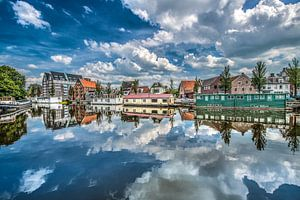 Zicht op de oosterstadsgracht aan de rand van het centrum van Leeuwarden
