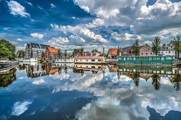 Zicht op de oosterstadsgracht aan de rand van het centrum van Leeuwarden sur Harrie Muis