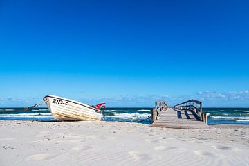 Fischerboot und Steg an der Ostseeküste bei Zingst auf dem Fischland-Darß von Rico Ködder