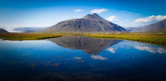 Volcano reflection van  István Lahpor