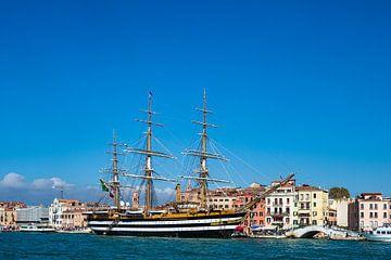 Segelschiff und Gebäude in Venedig, Italien von Rico Ködder