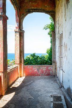 Verlassener Balkon mit Meerblick.