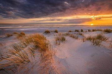 Zonsondergang op het strand van Westerschouwen op Schouwen-Duivenland in Zeeland met duinen op de vo van Bas Meelker