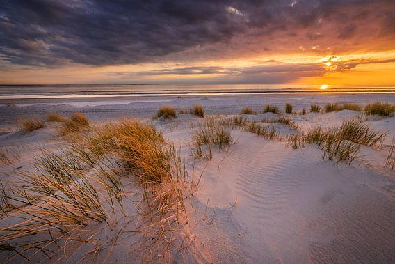 Zonsondergang op het strand van Westerschouwen op Schouwen-Duivenland in Zeeland met duinen op de vo
