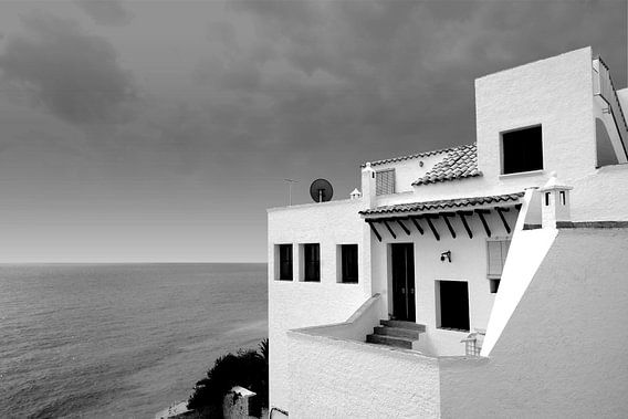 Wit huis aan zee , Spanje (zwart-wit)