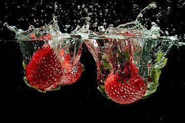 Aardbeien splashen in water van Nisangha Masselink