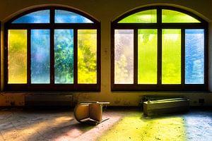 Farbige Fenster im verlassenen Hotel.