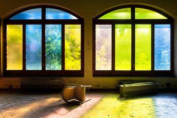 Fenêtres colorées dans un hôtel abandonné. sur Roman Robroek