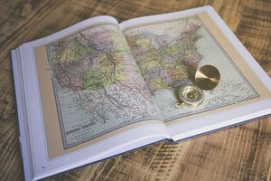 Atlas mit Kompass