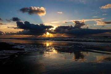 Zonsondergang met weerkaatsing in het water. van Wilma Meurs