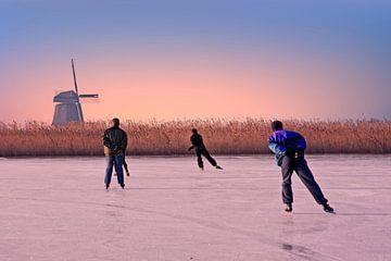 Schaatsen op het platteland van Nederland bij zonsondergang sur Nisangha Masselink
