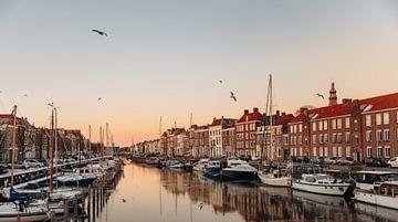 Bootjes dobberen in de haven van Middelburg van Percy's fotografie