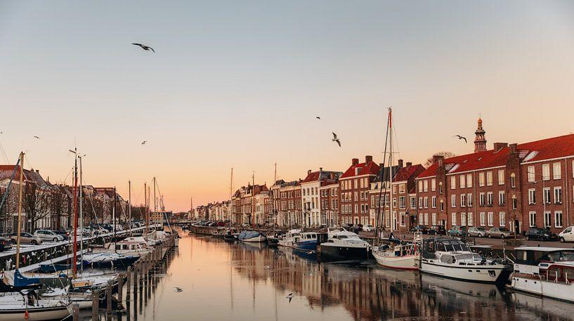Schwimmende Boote im Hafen von Middelburg von Percy's fotografie