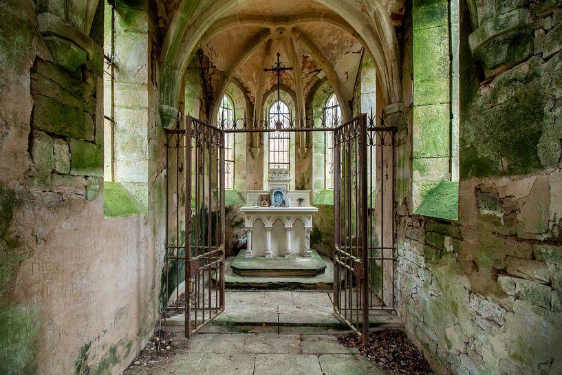 Altaar in een verlaten kapel van Vivian Teuns