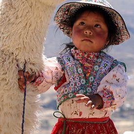 Peruvian Girl with her Alpaca van Gert-Jan Siesling