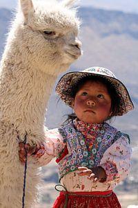 Peruanisches Mädchen mit ihrem Alpaka
