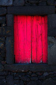 Houten raam luiken lava muur van Jan Brons
