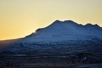 Sunset behind the mountain van Elisa Hanssen