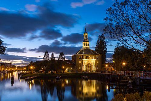 Zijlpoortsbrug en Zijlpoort in Leiden tijdens het blauwe uurtje van