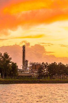 Industrie bij zonsondergang van Alexis Breugelmans