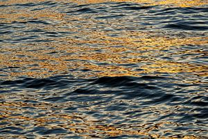 Ondergaande zon reflecterend in het water