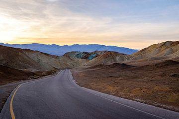 Lege weg, gekleurde bergen en zonsondergang in Amerika. van Lidewij Olive