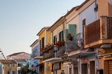 een rij woningen aan elkaar in verschillende kleuren met balkons von Eline Oostingh