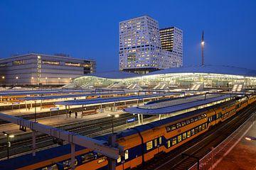 Station Utrecht Centraal en stadskantoor  von Donker Utrecht