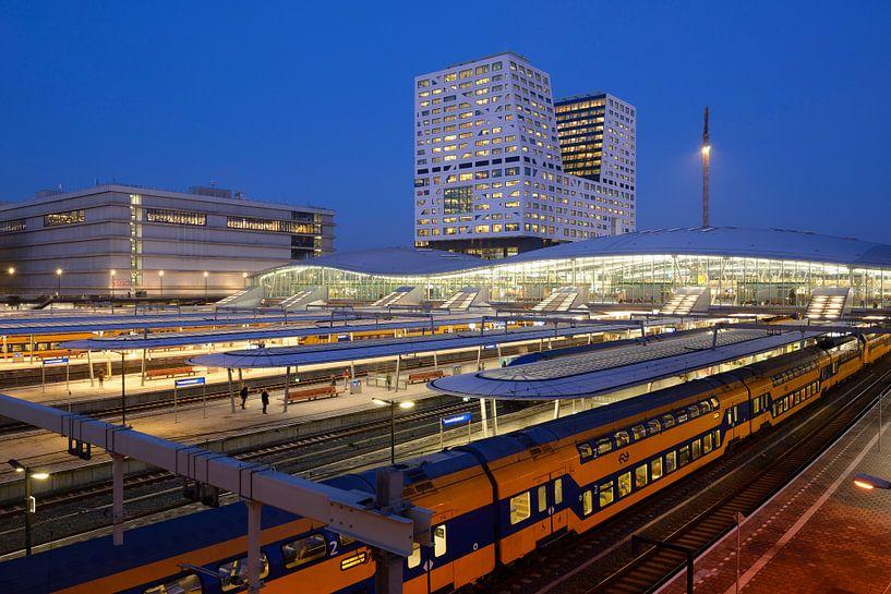 Station Utrecht Centraal en stadskantoor  van Donker Utrecht