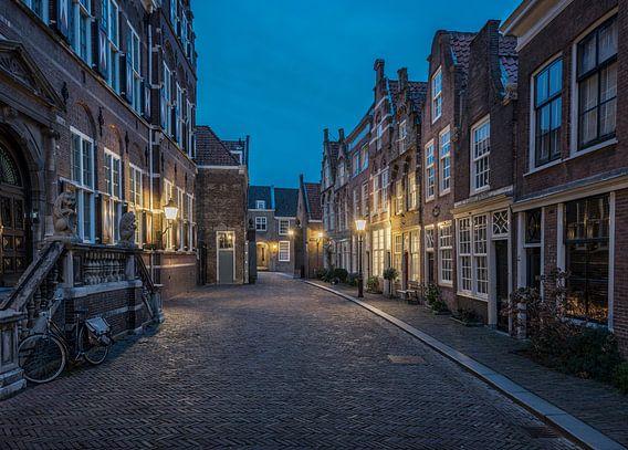 Hofstraat in Dordrecht tijdens het blauwe uur