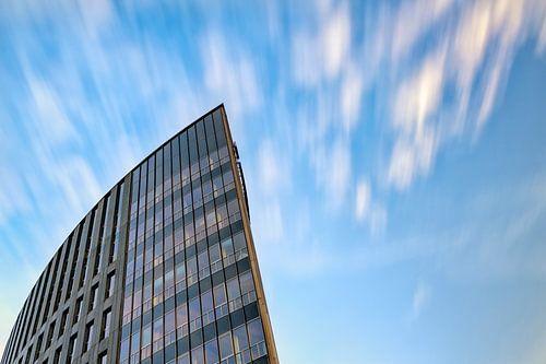 Rabobank Paleiskwartier Den Bosch met drijvende wolken