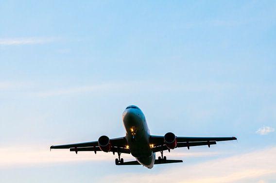Vliegtuig in de zonsondergang