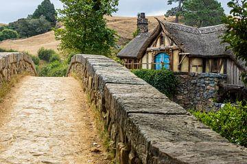 Le vieux moulin avec un pont dans le décor du film Hobbiton, Nouvelle-Zélande sur Paul van Putten