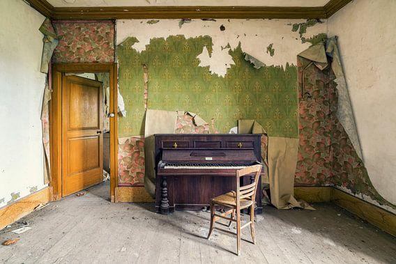 Forgotten piano van Michael Schwan