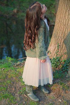 Meisje in het bos von Tatia Mogelashvili