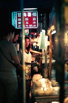 Chinees meisje op nachtmarkt van
