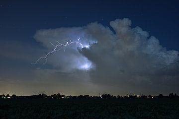 Blitz verlässt die Gewitterwolke von Menno van der Haven