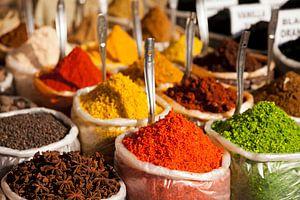 Specerijen op de markt van Anjuna, Goa van Peter Schickert