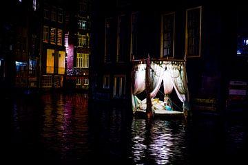 Lit à baldaquin flottant dans les canaux d'Amsterdam sur Wouter Loeve