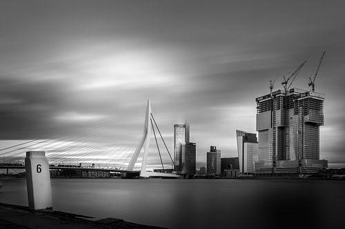 Erasmusbrug met De Rotterdam in aanbouw