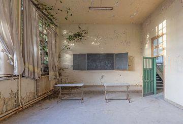 Klassenzimmer in einem verlassenen Schulgebäude von John Noppen