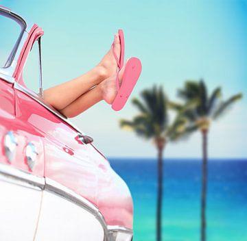 Mit nackten Füßen im Cabrio von Henny Hagenaars